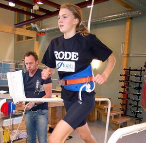 Erika Forslin på löpbandet där tjejerna fick testa maxpuls och mjölksyra.