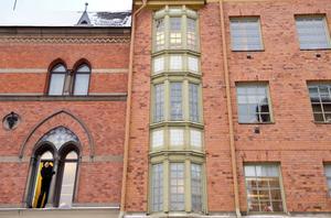 Kolla stilen. Bo Helgesson tittar ut från NA-borgens fönster mot Hallqvistska        huset där romantisk, gotisk stil möter wienerjugend.
