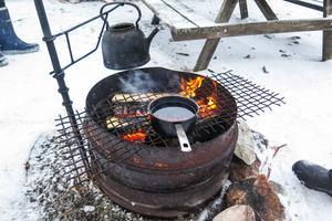 Det serverades saftglögg med mandel och russin värmd över öppen eld och kokkaffe.