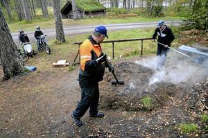 Självständig. Även om tjärgraven till stora delar sköter sig själv passade Leif Mogren och Lars Lejon att pyssla om den lite grand.