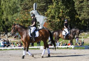 Nordvikseleverna Jenny Viklund och Sofia Vikman rider ett dressyrprogram på halvbloden Nimbus och Cardegan.