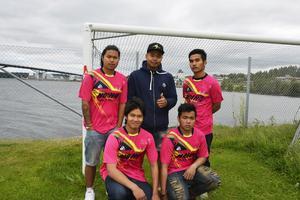 Patawee Senghapan, Guy Pakkraphok, Kuchi Sol, Art Arbsuwan och Montree Krasaungthai ska spela fotbollscup under Thaifestivalen till minne av sin drunknade lagkamrat.