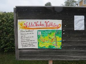 Vilda Vackra Vattrång står det på den glada skylt som möter besökare i byn.