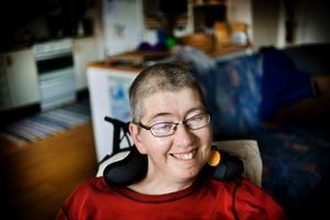 Tina Jansson är svårt sjuk i ALS och kan vare sig röra sig eller prata längre men hon kan kommunicera via taldator och mejl. Hon har en mycket bra och tänkvärd blogg. Nu har en massa folk nominerat henne att bli lyssnarnas sommarpratare och hon är nu en av tio finalister som presenteras på onsdag på radions hemsida.