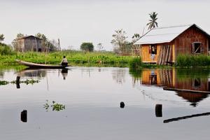 Nu får man inte längre bo hemma hos folk i Burma.