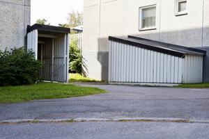 En teori är att 11-årige Johan Asplund fördes bort i en bil som kan ha parkerats mellan två fastigheter på Bågevägen i Bosvedjan där han bodde tillsammans med sin mamma Anna-Clara.