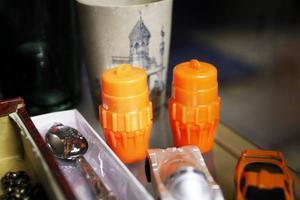 De orangea plastförpackningarna är tändsticksaskar som användes i JAS Gripen.