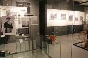 Utställningen inkluderar även en del rekvisita och fotografier på de fotografer vars bilder finns upphängda på väggarna