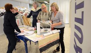Praktiska ting. Skyltar och informationsmaterial. Eva Wikman, Margareta Hildebrandt och Wicken von Post såg till att alla konstnärer kopplade till Kulturglimtar fick med sig allt.