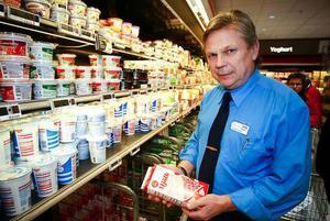 Per Åke Forsberg, stormarknadschef på Coop Forum i Lillänge är överraskad över avtalet mellan Arla och Coop.– Jag tror inte på att ha enbart Arlas mjölk i butiken, för vi måste också ta hänsyn till Milkos lokalt producerade mjölk.– Kunderna kommer att bestämma vårt sortiment.