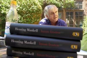 """Henning Mankells romansvit om kommissarie omfattar nio böcker som kom ut mellan åren 1991 och 1999. 2002 kom """"Innan frosten"""" med Wallanders dotter Linda som huvudperson. Men i augusti återkommer Kurt i nya boken  """"Den orolige mannen"""". Foto: Lars Pehrsson/SCANPIX"""
