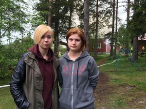 Systrarna Sanna och Sara Södergren stod och såg på när räddningstjänsten kämpade för att rädda deras huset på deras släktgård.