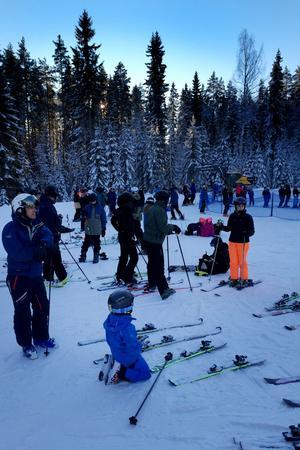 En del tog sig upp för skidbacken med skidorna under armen.