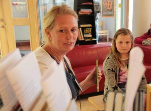 Hedda Winther berättar om spännande böcker och Emma Eriksson, 8 år, har redan läst 18 böcker sedan skolavslutningen.