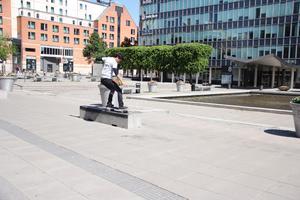 Dags för skejtande. Roman Alam passade på att träna skateboard.