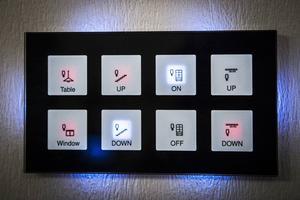 Systemet kan styras med olika enheter som mobiltelefon, dator, läsplatta eller NFC-taggar men även med vanliga strömbrytare.