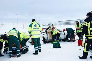 Tre ambulanser och två brandbilar skickades till olycksplatsen.