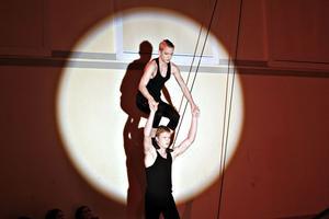 I strålkastarljuset. När Cirkusgymnasiet i går bjöd in till sin årliga julshow fylldes läktarna snabbt. Ettorna inledde med ett sprakande första nummer och bjöd på luftkonster, jonglering, lindans och här på bilden – hisnande parakrobatik.
