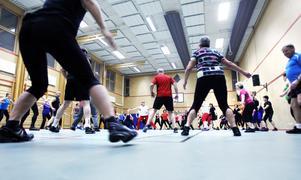 61 motionärer och tre ledare återinvigde Vallbacksskolan som gympalokal för Friskis&Svettis med ett baspass. Därefter väntade medel- och danspass.