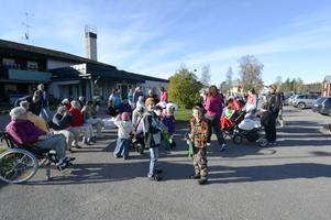 Melvin Limberg och Linus Thång gick i täten för höstparaden när den nådde Skålmogården där bland andra Inger Lövgren var en av många som väntade på paraden.