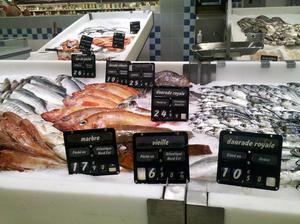 En fiskdisk i Frankrike med uppgift om ursprung.