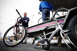 """Lars-Olov Salomonsson till vänster och Lars Hallberg lastade även cyklar som saknade delar. """"Av tre cyklar får vi ihop två"""", säger Lars Hallberg."""