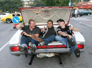 Fest i bakluckan på en Dodge. Ägaren Tommy Lindfors till vänster med Robin Pettersson och Kristoffer Petrilä bredvid.