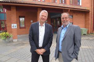Kommunalrådet Bengt-Åke Rehn (S) till höger hälsar nye kommundirektören Peter Karlsson välkommen till Mora.