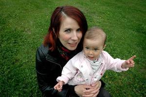 FÖRSTA BARNET. Anna Engblom Yamdee med sitt första barn Ingrid. Foto: Josefin Nygren