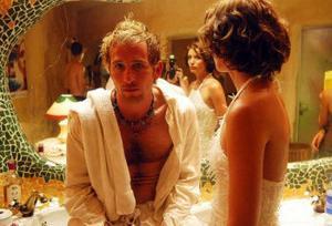 Dj-n Frankie Wilde (spelad av Paul Kaye) är kung av Ibiza men offer för sitt missbruk och sin jakt på uppmärksamhet. Foto: Triangelfilm