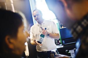 Butelj på er. Anders Andersson framhåller en flaska mousserande björksav från Jämtland.