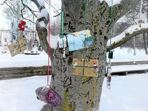 Gratisklappar. Minsann, de mystiska paketen hängde i Stadsparken i Örebro denna julafton igen! Det konstaterade Anders Nilsson och skickade med detta bildbevis.