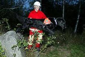 Foto: LASSE HALVARSSON Vinnande team. Ingrid Andrén och flat coated retrievern Zebulons Aslan vann i helgen SM i räddning i Varberg. De var det enda ekipage som hittade alla figuranter, sammanlagt 20 stycken, under de båda dagarna.