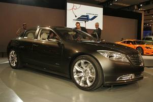 INTE KLAR ÄN. En av Chryslers konceptbilar, 200c EV, är en bakhjulsdriven elbil. Chrysler hävdar att bilen kan vara produktionsklar inom några år men det stämmer inte, än så länge saknas en viktig pusselbit – billiga och bra batterier. Däremot är 200c EV fullproppad med annan teknik som redan finns. Mittkonsolen bygger på en pekskärm där man kan ansluta till internet, bläddra mellan skivalbum och titta på film, precis som på en iPod.