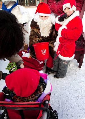 Tomten hade hela dagen hjälp av sin egen nisse, Jonatan Persson, som bjöd på julgodis.