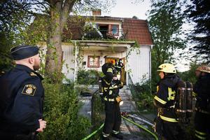 Lyckades begränsa branden.  Till en början var hela huset på Maskinistgatan på Malmaberg hotat av branden men brandmännen lyckades begränsa den till övervåningen.