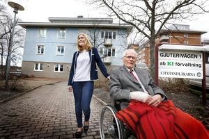 Anette Funhammar köper det anrika fastighetsföretaget i Norrtälje av Harry Jorild med familj. Här syns duon utanför lokalkontororet vid Societetsparken i Norrtälje.