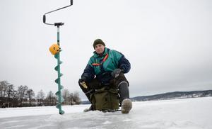 Sex decennier med isfiske. Leif Holmgren har 60 års medlemskap i fiskeklubben i Karlskoga bakom sig. På söndagen tävlade han i Norarycket.