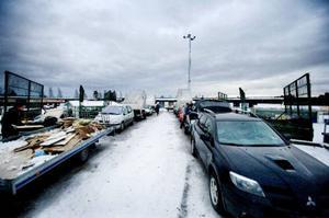 En kvart innan återvinningscentralen i Odenskog stänger ringlar sig kön av bilar med släpvagnar lång utanför grindarna.    Foto: Lars-Eje Lyrefelt