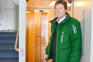 – Vi installerar hissar och bredare dörrar i våra fastigheter eftersom vi har många äldre hyresgäster. Hälften av de som bor hos oss i Härjegårdar är över sextio år, säger bolagets vd Hans Svensson och visar en trappuppgång på Dalagatan med både hiss och bred trappa.