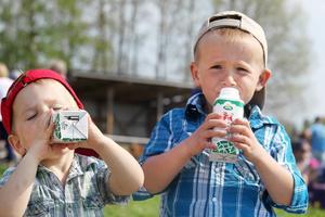 Malte och Tim Jäverfalk tycker om mjölk.