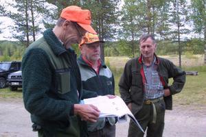 Mokojans lag har skjutit 13 av de 33 tilldelade älgarna och gjort många älgobservationer. Tore Berglund, Lennart Holmsten och Bengt-Ola Eriksson jagar i det.