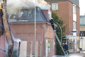 Branden spred sig till vinden på huset bredvid.