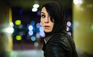"""Noomi Rapace spelar Lisbeth Salander i """"Män som hatar kvinnor"""" som ett blödande sår som ständigt petar i sig själv för att inte tillåta sig att läka."""
