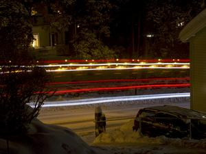 Under en övning i nattfoto togs denna bild med slutaren öppen i 15 sekunder. Ett arbetsfordon kom från vänster och det hade gula och röda saftblandare, blinkljus och positionsljus påslagna. Direkt efteråt kom en personbil nerifrån höger, vars strålkastare var vita. Bländare 8, ISO 100.
