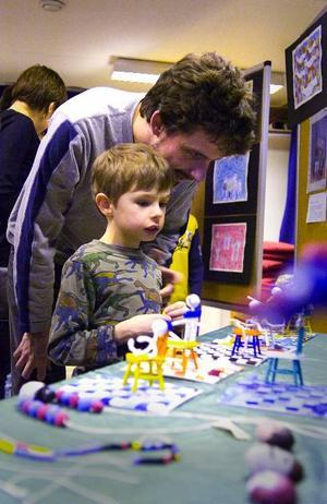 Vernissage. August Paulsrud och pappa Per tittar på konstverk som skapats i barnens konstskola i Folkets Hus.