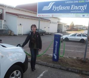 Gunilla Zetterström-Bäcke var först att tanka el från laddstationen vid ICA.