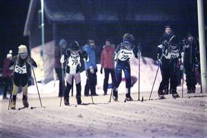 Full koncentration i starten för D9–10. På startlinjen syns bland andra Alva Eriksson, Frida Bodén och Leneli Grönoset.