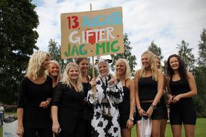 Julia Fahlström ska snart gifta sig och hennes möhippa hamnade på Playwood. Tidigare under dagen har hon bland annat blivit kidnappad och fått utföra hemliga uppdrag, avslöjar möhippedeltagarna.