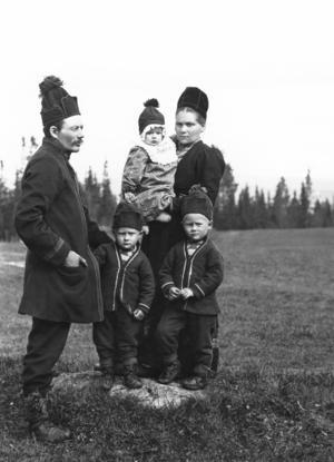 Hur mästerfotografen Nils Thomasson komponerade sina unika familjeporträtt är ett av ämnena i Jämten 2015, vars bredd imponerar på vår skribent, även om några bidrag gärna kunde ha tuktats hårdare.